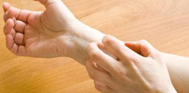Почему чешется и шелушится шрам и как уменьшить зуд