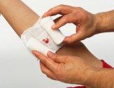 Что делать, если повязка прилипла к ране: как можно безболезненно снять