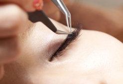 Химический ожог глаза после наращивания ресниц: первая помощь и лечение