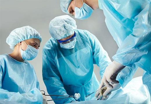 врачи достают пулю