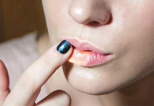 девушка касается губы