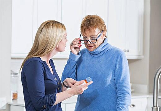 две женщины беседуют