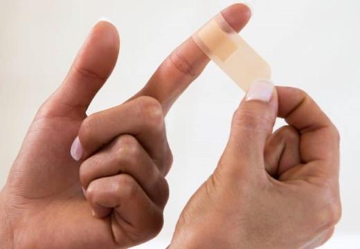Пластырь на пальце