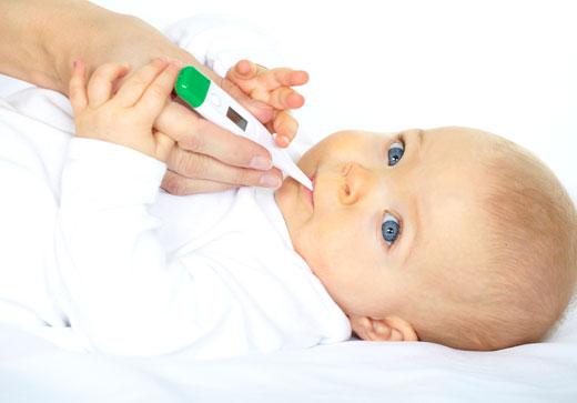 Ребенок с термометром во рту