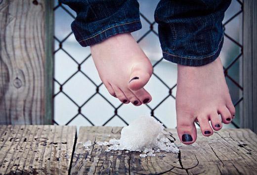 босые ноги и горсть снега
