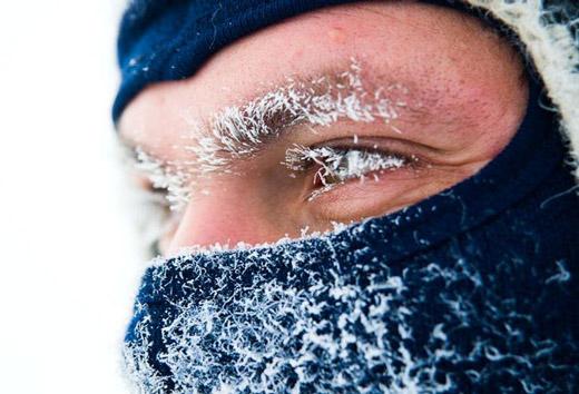 мужчина со снегом на лице