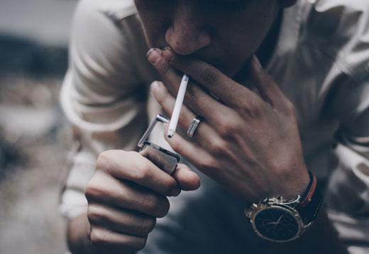 Курящий парень