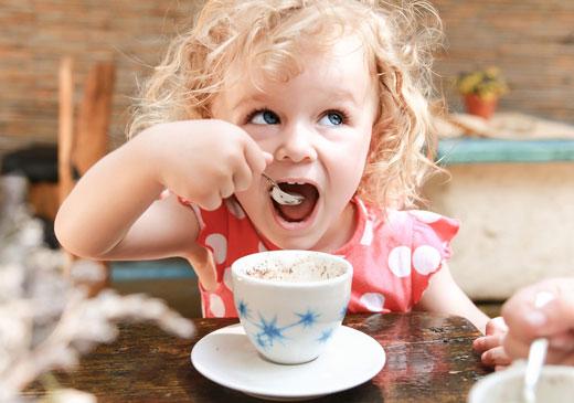 Ребенок ест из чашки