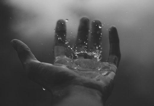 Рука и вода