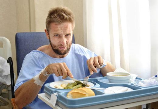 Мужчина кушает в больнице