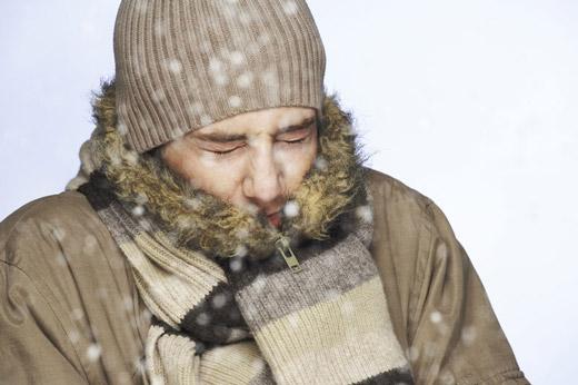 замерзающий мужчина