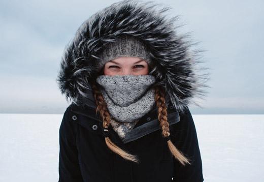 замерзающая девушка