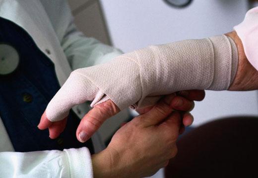 Рука в повязке